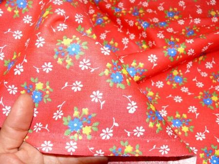 Хлопковая ткань: 235Б. Разноцветные цветочки на алой бязи.